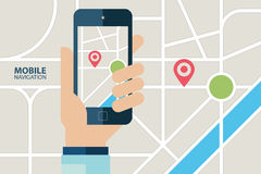 Service mobile de navigation de GPS Main tenant le téléphone portable avec l'application de navigation Photos libres de droits