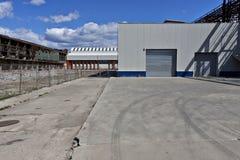 Service neuf d'usine et construction abandonnée image stock
