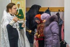 Service orthodoxe pour le baptême dans la région de Kaluga le 19 janvier 2016 Image stock