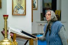 Service orthodoxe pour le baptême dans la région de Kaluga le 19 janvier 2016 Photographie stock