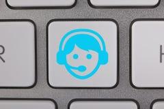 Service am Tastatur-Blau-Mann Stockfotos