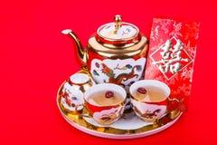 Service à thé chinois avec l'enveloppe portant le bonheur de double de mot Image stock