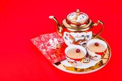 Service à thé chinois avec l'enveloppe portant le bonheur de double de mot Images libres de droits