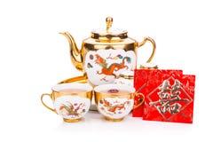 Service à thé chinois avec l'enveloppe portant le bonheur de double de mot Photo libre de droits