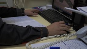 Servicechefen arbetar i appellmitt läkarundersökning lager videofilmer