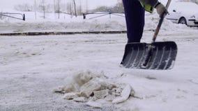Serviceföretaget gör ren gården av huset och trottoarerna från snön och isen Två män i likformig arbetar, stock video