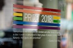 Serviceklistermärke för stolthet 2018 på fönstret arkivfoto