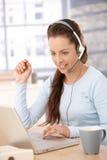 Servicer atrativo do cliente que trabalha no escritório fotografia de stock royalty free