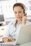 Servicer attrayant de propriétaire utilisant des écouteurs images stock