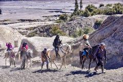 Services d'équitation de touristes au bâti Bromo images stock