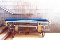Services de attente de lit d'hôpital avec l'espace de copie de lumière du soleil photos libres de droits