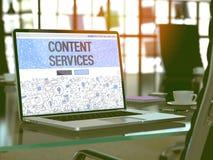 Services de contenu sur l'ordinateur portable à l'arrière-plan moderne de lieu de travail 3d Image stock
