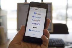 Services de messagerie électronique globaux sur l'écran de smartphone Photographie stock libre de droits