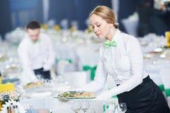 Services de restaurant Table femelle de portion de serveuse image stock
