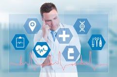 Services médicaux avec le docteur songeur et signes médicaux Photos libres de droits