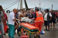 Services médicaux italiens dans l'action sur un port Photos stock