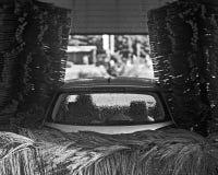 Servicio automático del túnel de lavado en la acción en blanco y negro Fotografía de archivo libre de regalías