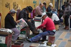 Servicio brillante del zapato en Otavalo Ecuador Imágenes de archivo libres de regalías