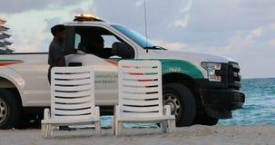 Servicio comunitario de la recogida de Ford F-150 que patrulla en la playa de Miami almacen de video