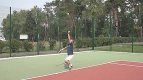 Servicio con el jugador de tenis profesional Cámara lenta metrajes