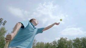 Servicio con el jugador de tenis profesional Cámara lenta almacen de video