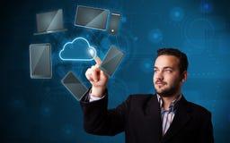 Servicio conmovedor de la nube del technlogy del hombre de negocios atractivo alto Imágenes de archivo libres de regalías