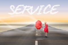Servicio contra el camino que lleva hacia fuera al horizonte Foto de archivo libre de regalías