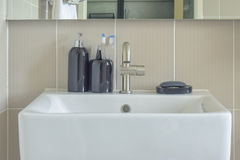 Servicio cuadrado y botellas de cerámica en cuarto de baño Imagen de archivo libre de regalías