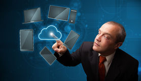Servicio de alta tecnología conmovedor de la nube del hombre de negocios Imagen de archivo libre de regalías