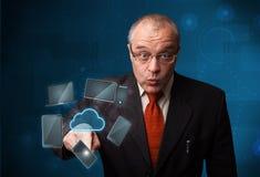 Servicio de alta tecnología conmovedor de la nube del hombre de negocios Imágenes de archivo libres de regalías