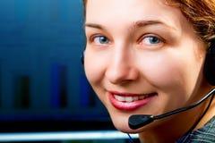 Servicio de atención al cliente - mujer cómoda con los auriculares foto de archivo