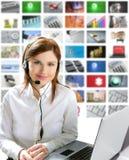 Servicio de ayuda hermoso de la tecnología de los auriculares de la mujer del asunto Imagen de archivo libre de regalías