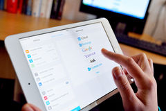 Servicio de correo electrónico de Yahoo en la tableta digital Imagen de archivo libre de regalías