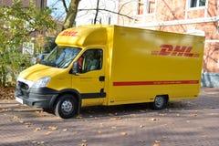 Servicio de entrega de la furgoneta del mensajero de DHL Foto de archivo libre de regalías