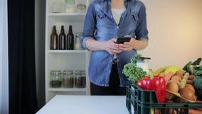 Servicio de entrega de la comida - mujer con la caja de los ultramarinos en fondo gris almacen de video