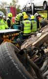 Servicio de incendios y equipos de la ambulancia en un choque de coche Imagen de archivo libre de regalías