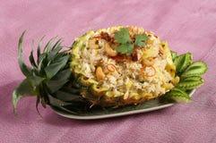 Servicio de la comida del arroz frito en la talla de la fruta de la piña imagen de archivo libre de regalías
