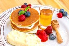 Servicio de la crepe con la miel y las frutas del helado Foto de archivo libre de regalías