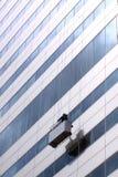 Servicio de la limpieza de ventana en la alta altitud del trabajo Fotografía de archivo libre de regalías