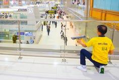 Servicio de la limpieza del aeropuerto en el trabajo Fotos de archivo libres de regalías