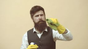 servicio de la limpieza Hombre con el trabajo de los agentes de limpieza Retrato del hombre con el equipo de limpieza que limpia  almacen de metraje de vídeo