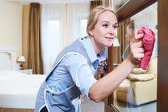 servicio de la limpieza puerta de cristal limpia del personal del hotel del polvo imagenes de archivo