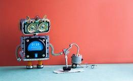 Servicio de la máquina del aspirador del robot Proceso robótico divertido de la alfombra de la limpieza del juguete, interior roj Fotos de archivo