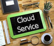 Servicio de la nube manuscrito en la pequeña pizarra 3d Fotografía de archivo libre de regalías