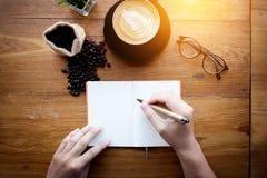 Servicio de la preparación de Barista Cafe Making Coffee Hombre que sostiene un PE Imágenes de archivo libres de regalías