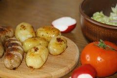 Servicio de la tabla con las patatas frescas Imagen de archivo libre de regalías