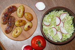 Servicio de la tabla con las patatas frescas Imágenes de archivo libres de regalías