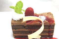 Servicio de la torta de chocolate con la salsa caliente de la frambuesa Fotos de archivo libres de regalías