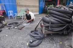 Servicio de los neumáticos desinflados de la calle Foto de archivo