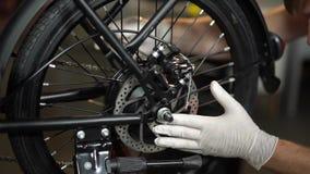 Servicio de mantenimiento de la bicicleta Junta de una nueva bici 6 almacen de metraje de vídeo